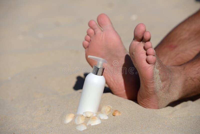 Glückliche Familie für Ihr, Mannfüße schließen oben auf dem Strand, der Sonne, mit s genießt stockfoto