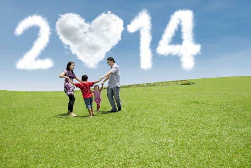 Glückliche Familie feiern neues Jahr von 2014 lizenzfreie stockfotos