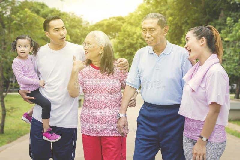 Gl?ckliche Familie genie?t Freizeit, indem sie plaudert lizenzfreies stockbild