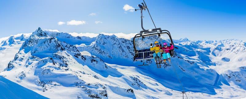 Glückliche Familie genießt Winterurlaub stockbilder