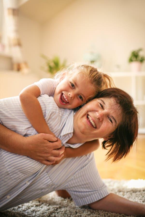 Glückliche Familie Großmutter mit Enkelin zu Hause stockbild