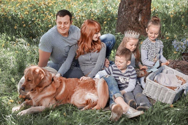 Gl?ckliche Familie hat Spa? im Park lizenzfreies stockbild