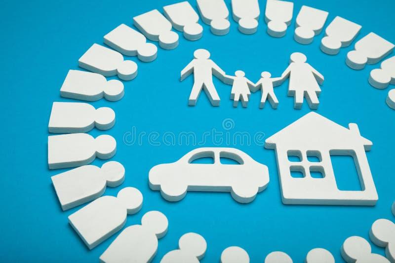 Glückliche Familie, Haus und Auto Konzept stockfotografie