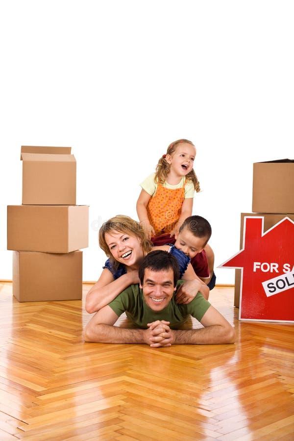 Glückliche Familie in ihrem neuen Haus lizenzfreies stockfoto