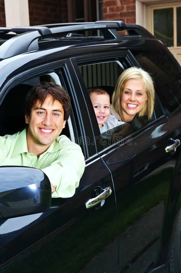 Glückliche Familie im Auto lizenzfreie stockfotografie