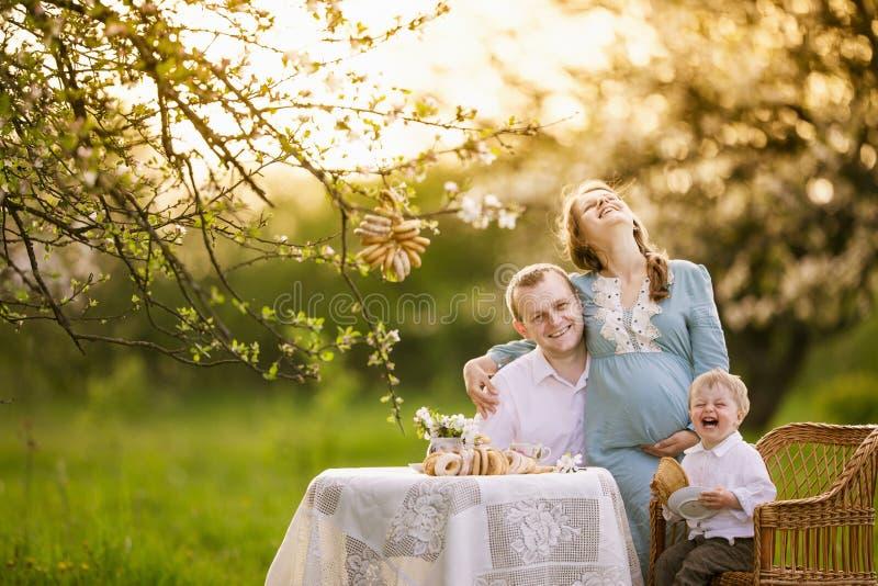 Glückliche Familie im Garten lizenzfreie stockfotos