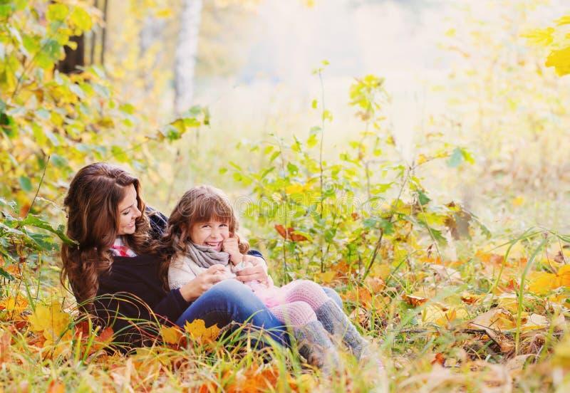 Glückliche Familie im Herbstpark lizenzfreie stockbilder