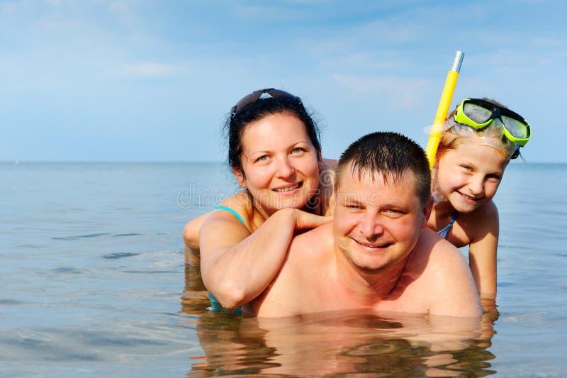 Glückliche Familie im Meer lizenzfreie stockfotos