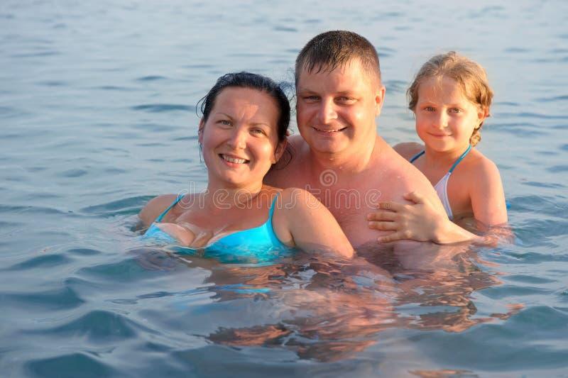 Glückliche Familie im Meer stockfoto