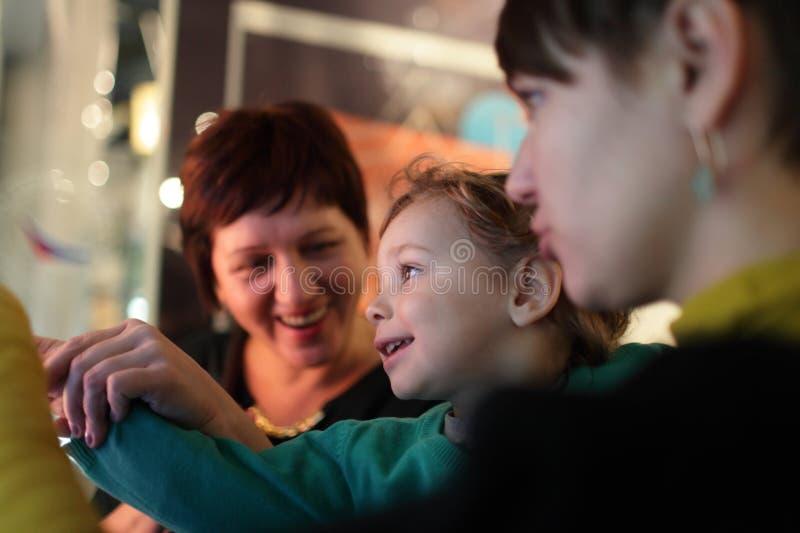 Glückliche Familie im Museum stockfotografie
