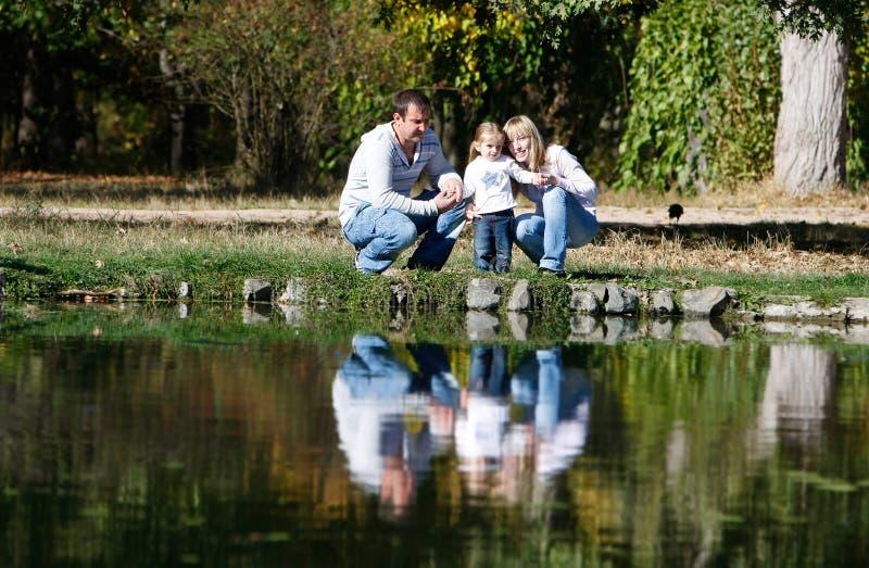 Glückliche Familie im Park lizenzfreies stockbild