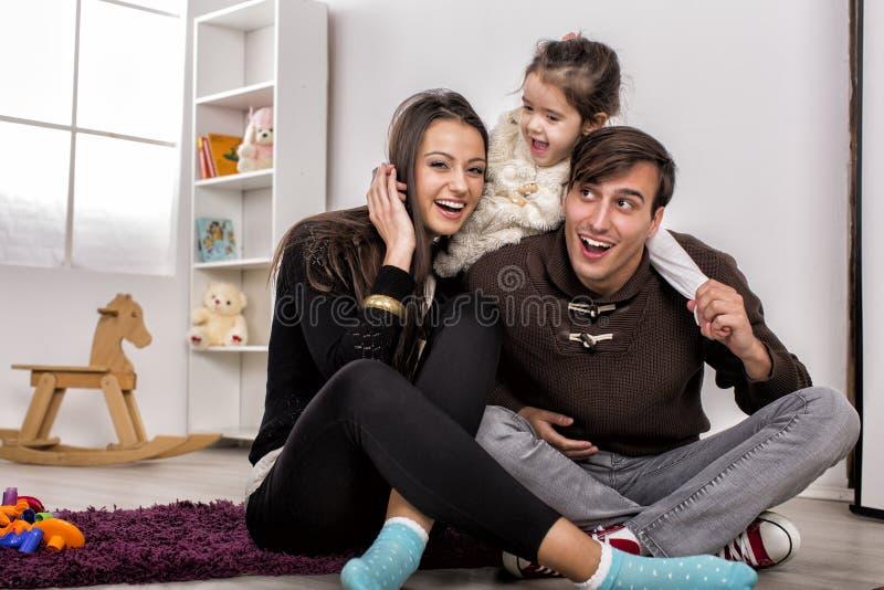 Glückliche Familie im Raum stockbilder