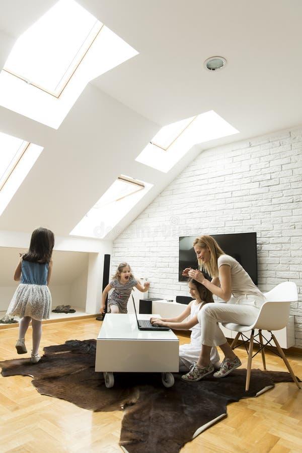 Glückliche Familie im Raum stockfoto