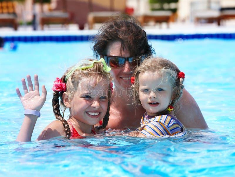 Glückliche Familie im Swimmingpool. stockfotografie