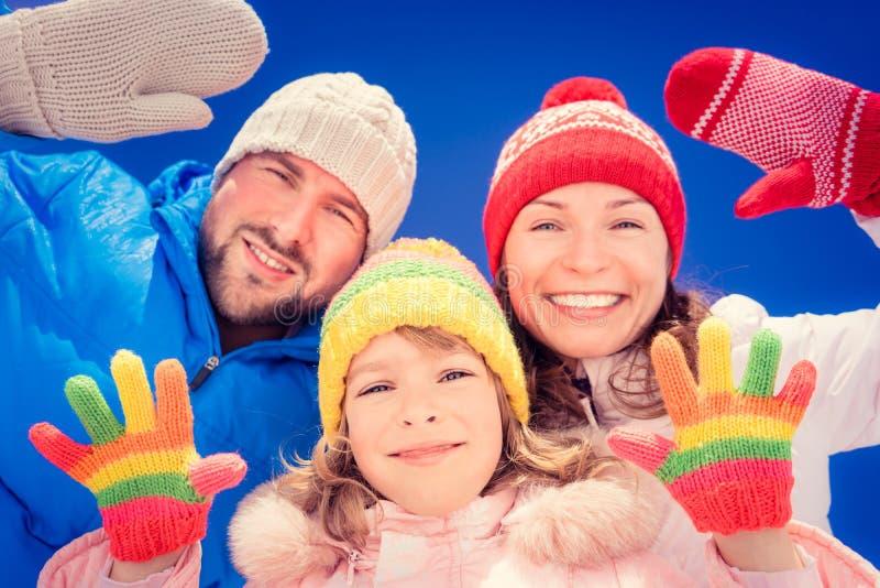 Glückliche Familie im Winter stockfotografie