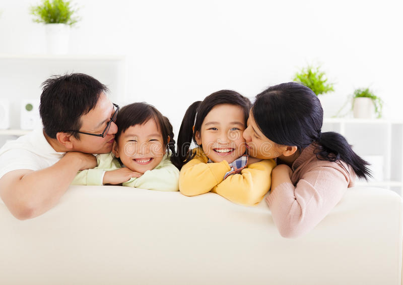 Glückliche Familie im Wohnzimmer stockfotos