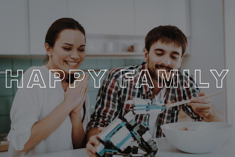 Glückliche Familie Mann-Zufuhr-Roboter Löffel mit Salat lizenzfreie stockfotos