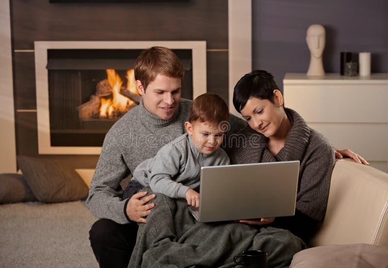 Glückliche Familie mit Computer