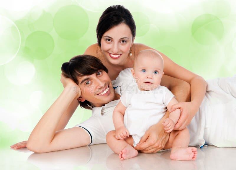 Glückliche Familie mit dem Schätzchenlächeln lizenzfreies stockbild