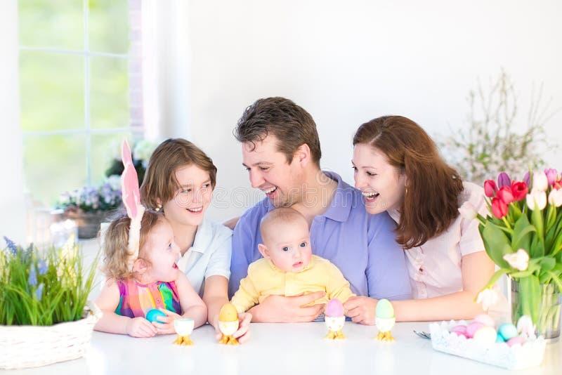 Glückliche Familie mit drei Kindern, die breakfas genießen lizenzfreies stockbild