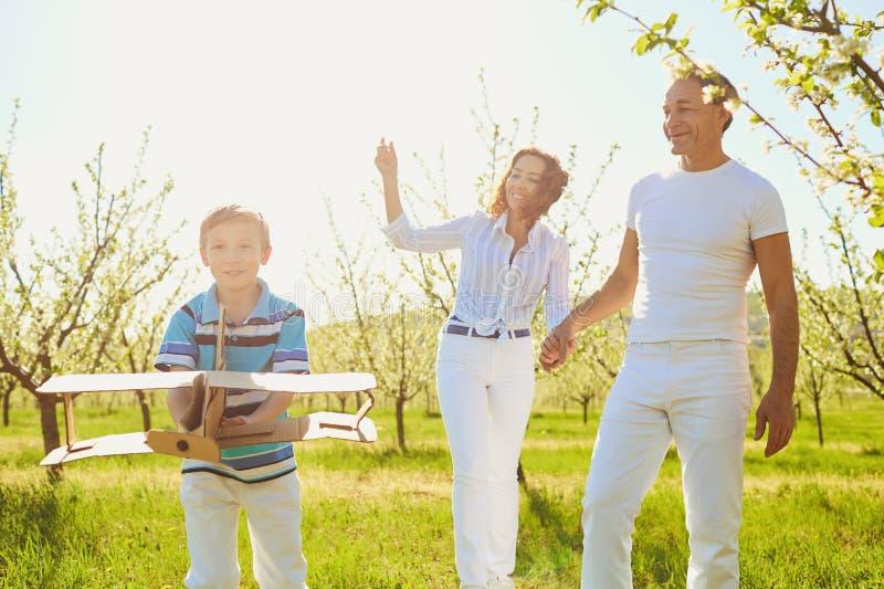 Glückliche Familie mit einem Kinderfreien im Sommer stockfotografie