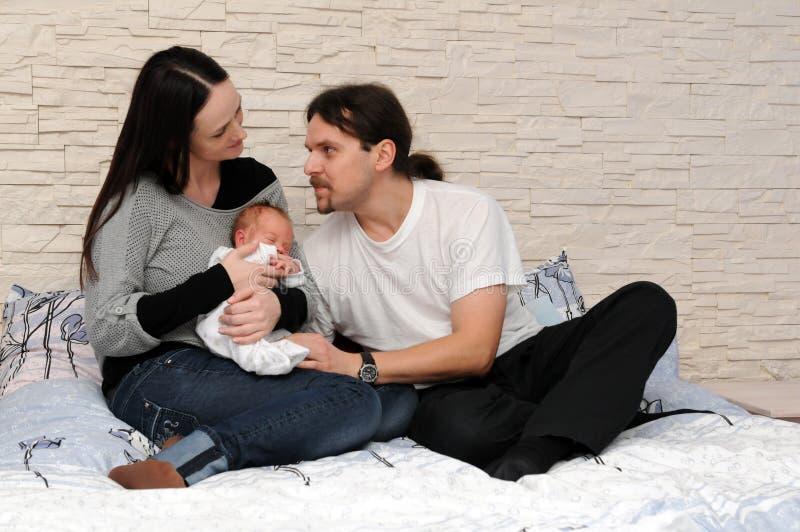 Glückliche Familie mit einem Schätzchen lizenzfreies stockbild