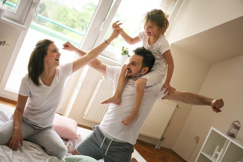 Glückliche Familie mit einer Tochter, die zu Hause Zeit verbringt stockfotos