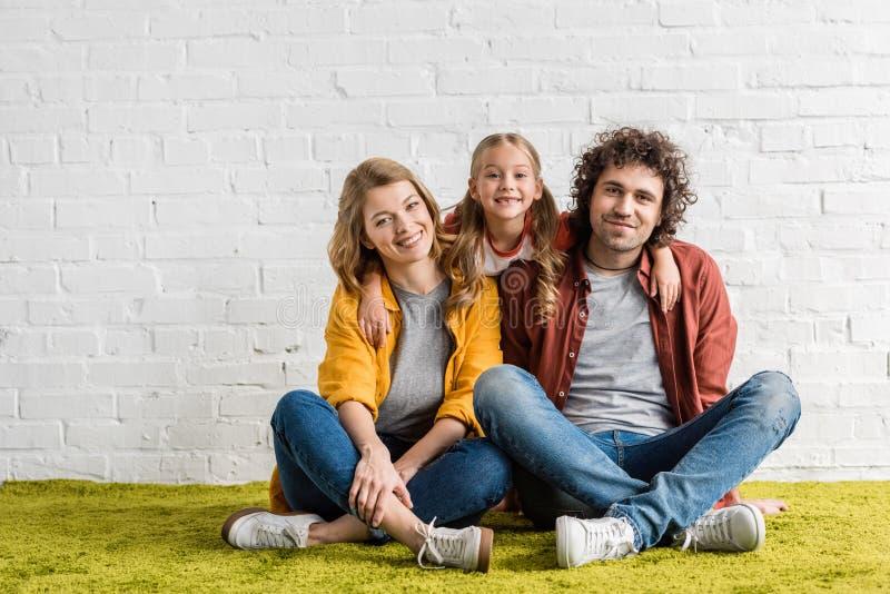 glückliche Familie mit entzückendem kleinem Kind lizenzfreie stockfotografie