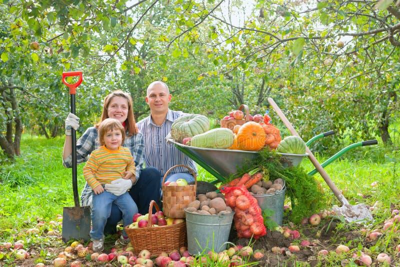 Glückliche Familie mit Gemüseernte stockfoto