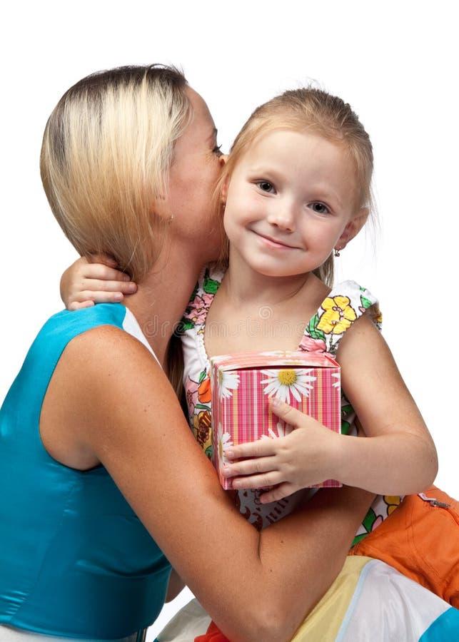 Glückliche Familie mit Geschenkkasten. lizenzfreie stockfotos