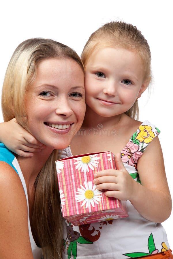 Glückliche Familie mit Geschenkkasten. stockbilder