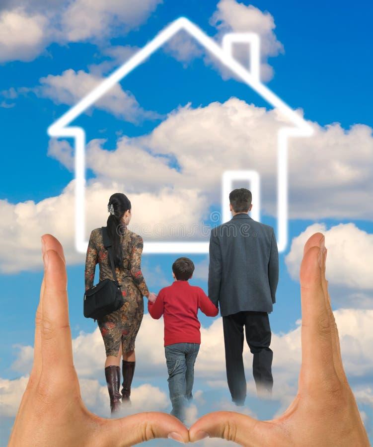 Glückliche Familie mit Haus stockbild