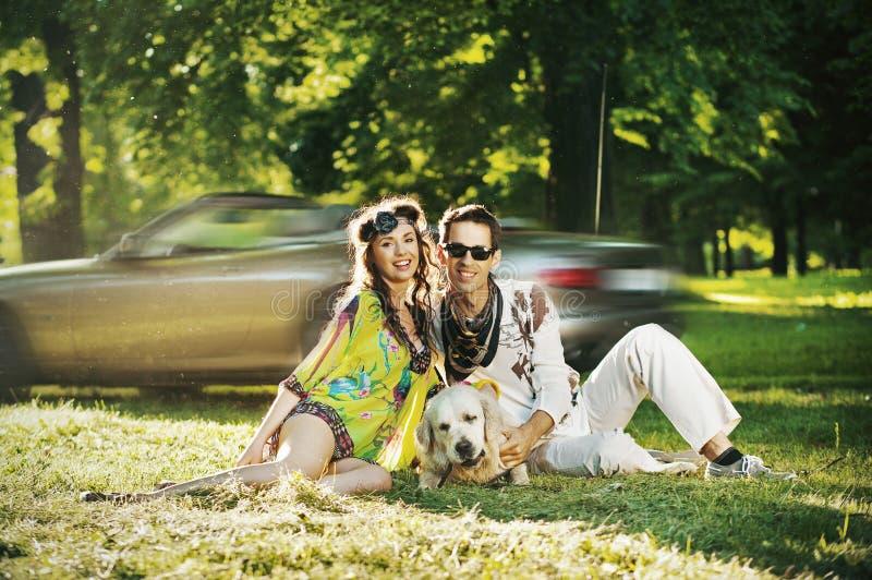 Glückliche Familie mit Hund stockbild