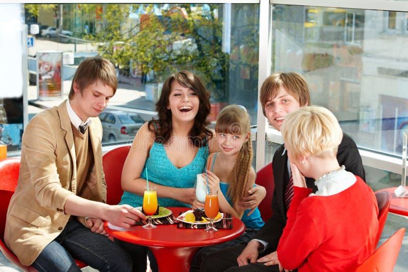 Glückliche Familie mit Kind im Kaffee. lizenzfreies stockbild