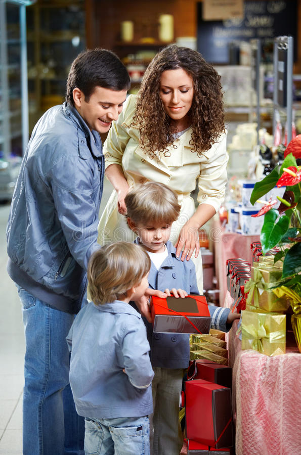 Glückliche Familie mit Kindern stockfoto
