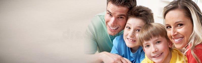 Glückliche Familie mit Kindern stockbild