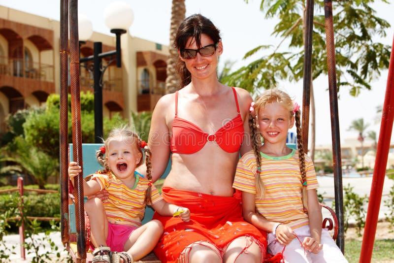Glückliche Familie mit Kindern auf im Freien. stockfoto
