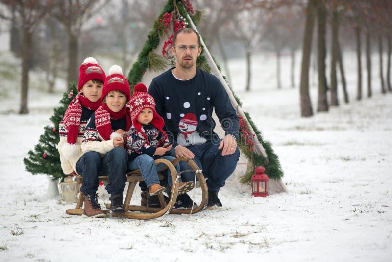 Glückliche Familie mit Kindern, den Spaß im Freien im Schnee auf Christus habend lizenzfreies stockfoto