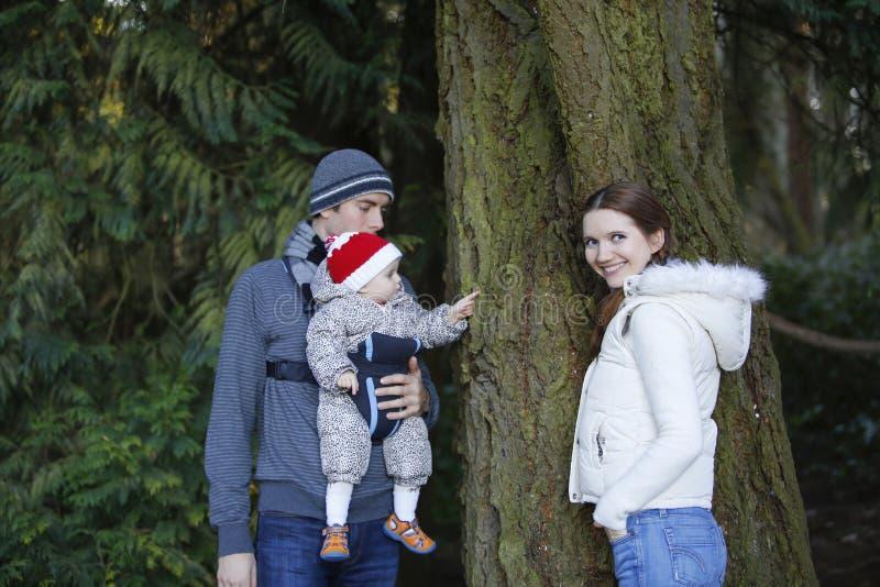 Glückliche Familie mit kleines Kinderausflug im Herbstpark lizenzfreies stockfoto
