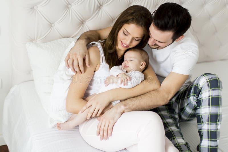 Glückliche Familie mit neugeborenem Schätzchen stockfoto