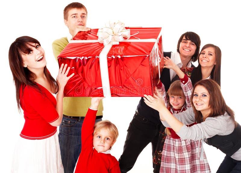 Glückliche Familie mit rotem Geschenkkasten. stockbild
