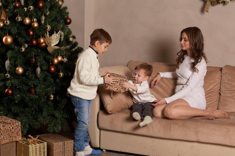 Glückliche Familie mit Weihnachtsgeschenken stockfotos