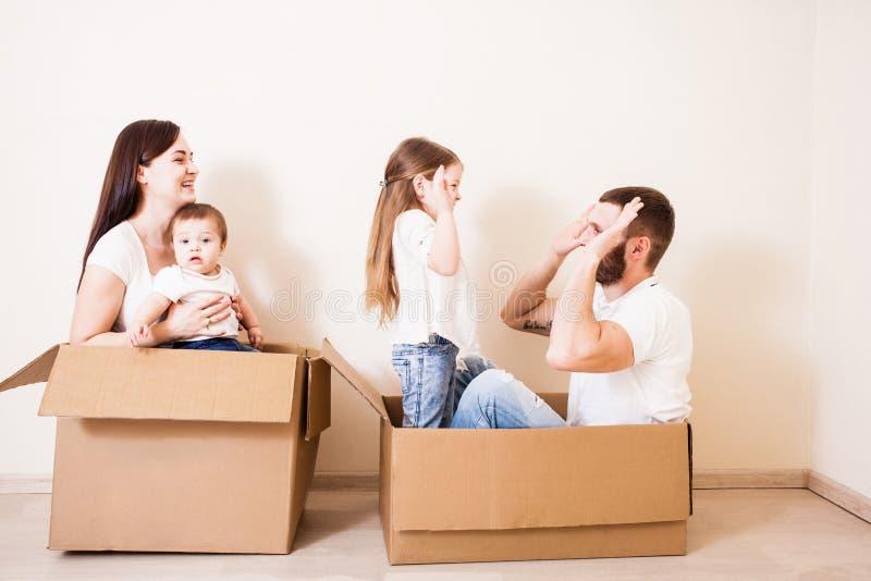 Glückliche Familie mit zwei Kindern lizenzfreie stockfotografie
