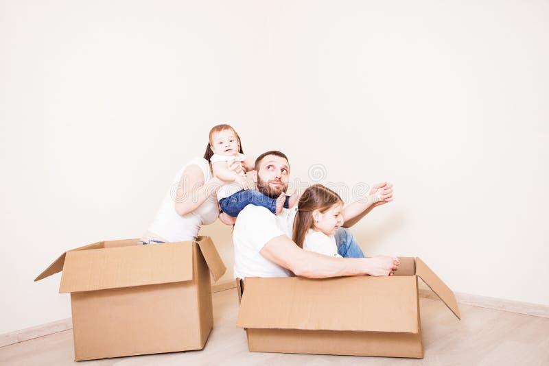 Glückliche Familie mit zwei Kindern lizenzfreie stockfotos