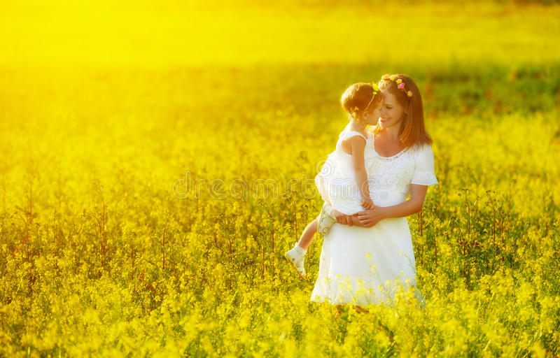 Glückliche Familie, Mutter und kleines Tochterkind in der Sommerwiese stockbild