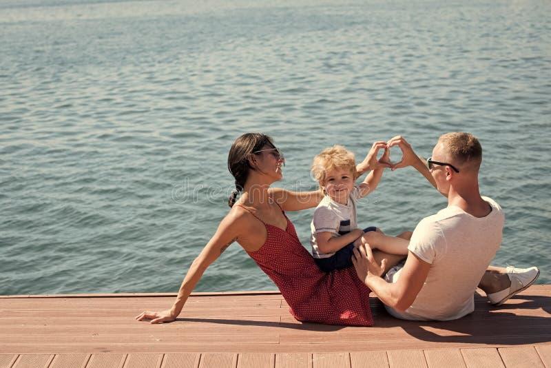 Glückliche Familie Mutter und Vater, die Herz- oder Liebesgeste mit den Händen nahe ihrem Kind machen Glückliche Familie verbring lizenzfreie stockfotografie