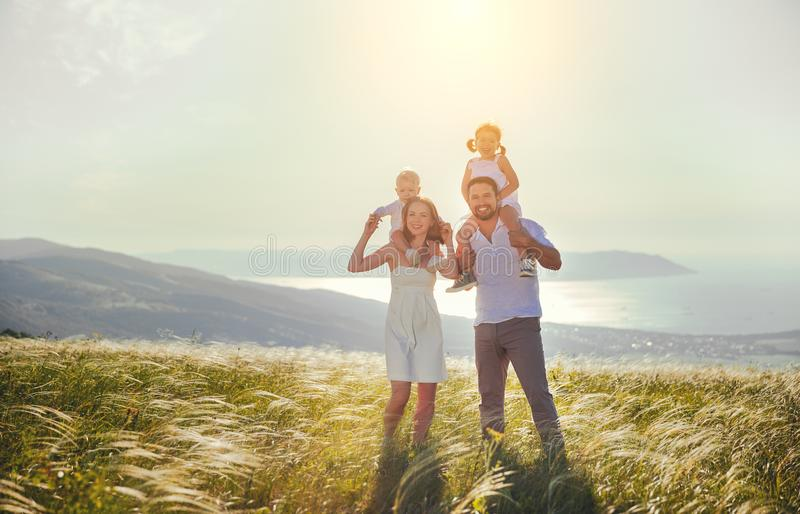 Glückliche Familie: Mutter, Vater, Kinder Sohn und Tochter auf sunse lizenzfreies stockbild