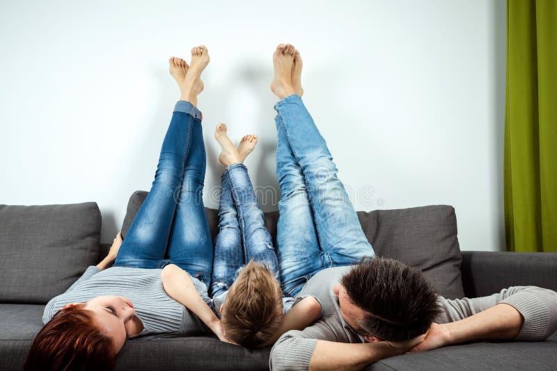 Glückliche Familie, Mutter, Vati und Sohn verbringen Zeit zusammen, Familie aufwenden Zeit-Glück-Feiertags-Zusammengehörigkeit Da stockfoto