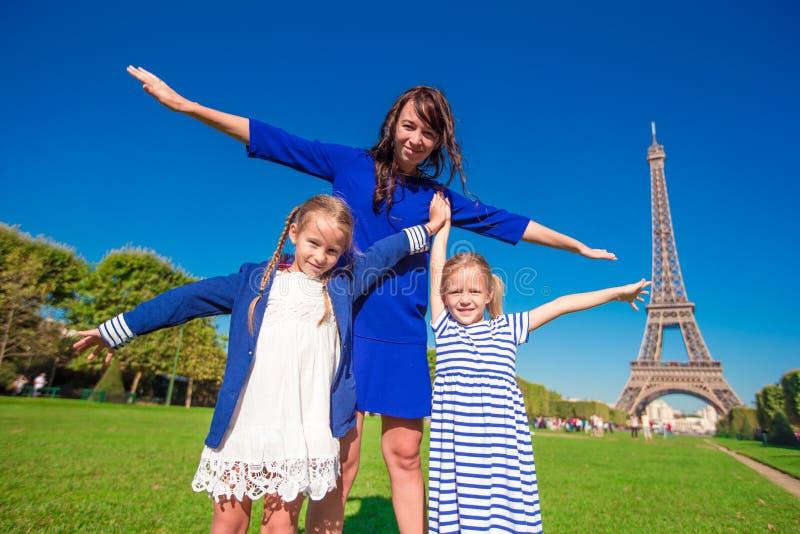 Glückliche Familie in Paris nahe Eiffelturm französisch lizenzfreies stockfoto