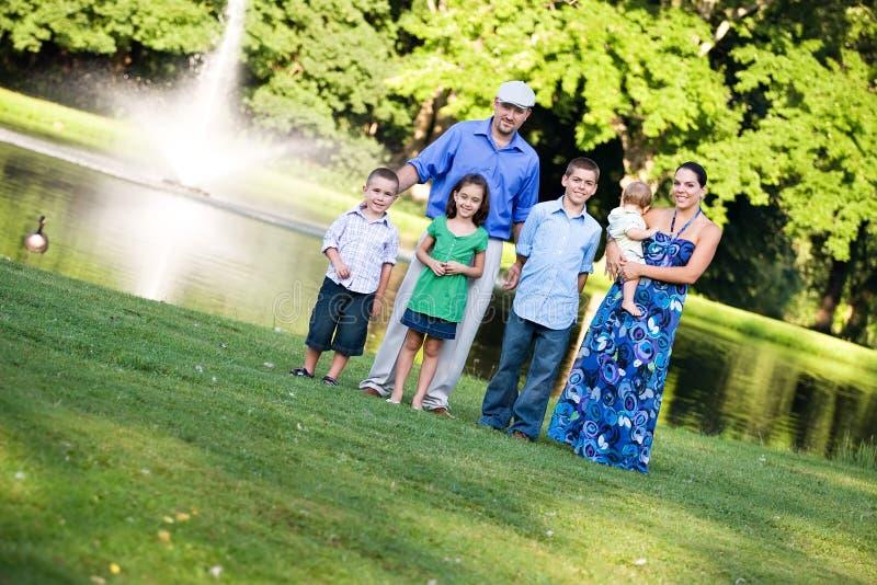 Glückliche Familie am Park lizenzfreies stockbild